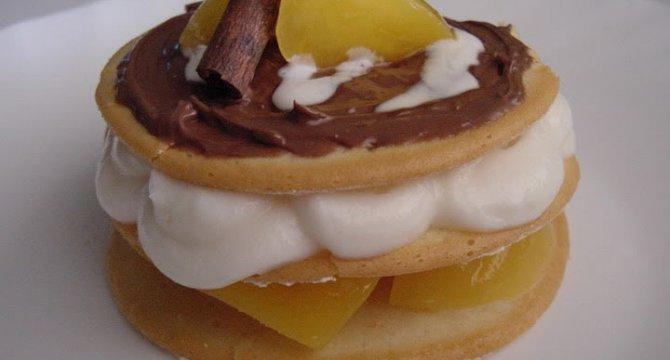 Cercuri de biscuit cu piersici si crema