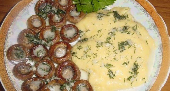 Ciuperci cu mamaliguta si sos de usturoi