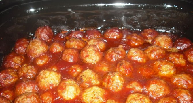 Meet balls and chili sauce