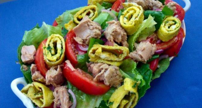 Salata cu legume, omleta si ton