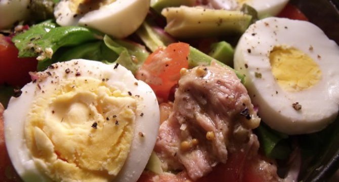 Salata cu legume, oua si ton