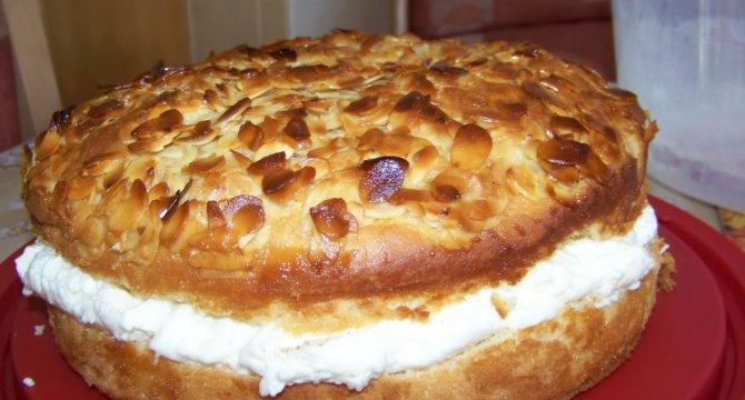 Tort Bienenstich cu frisca