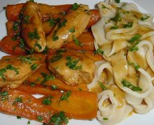 Mancare de morcovi cu pui si garnitura de taietei cu cartofi