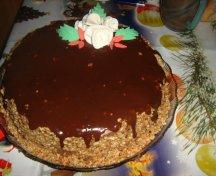 Tort ciocolatos cu bordura de alune coapte