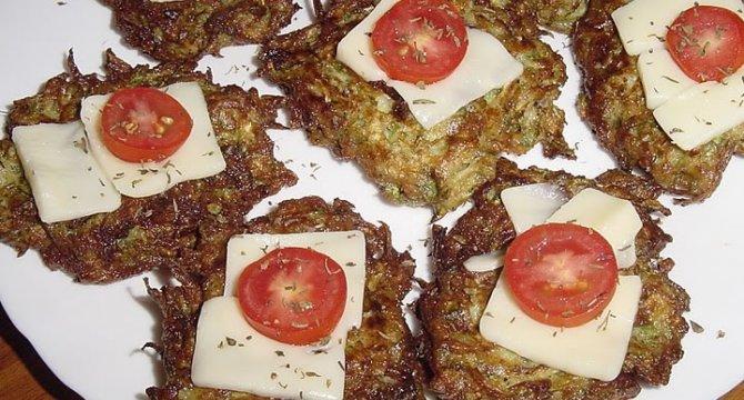 Chiftele din dovlecei cu cascaval si sos de usturoi