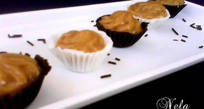 Cosulete din ciocolata umplute cu crema caramel