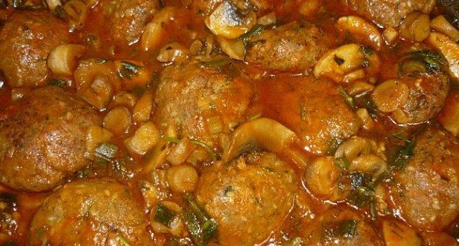 Mancare de chiftele cu sos de ciuperci
