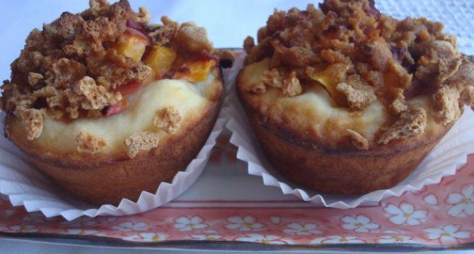 Muffins cu piersici si biscuiti amaretti