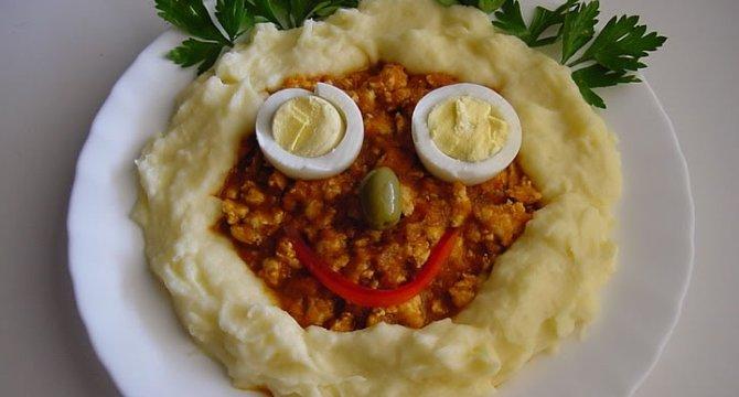 Piure de cartofi cu sos, pui si legume