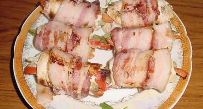 Rulouri din piept de pui, bacon si legume