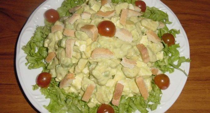 Salata de avocado cu branza si crutoane
