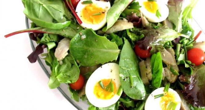 Salata de frunze tinere, anghinare si ou