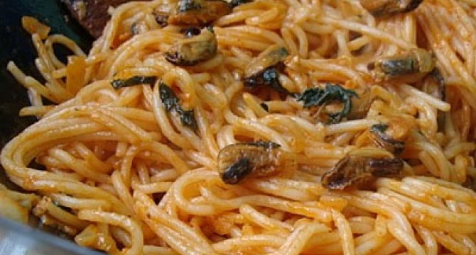 Spaghete cu midii si sos de rosii
