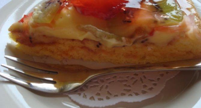 Tarta falsa cu crema de vanilie si fructe