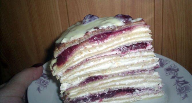 Tort de clatite cu crema de vanilie si dulceata de visine