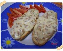 Bruschette con salsiccia e formaggio