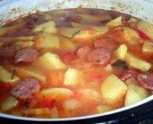 Gulas de cartofi cu carnati