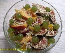 Mic dejun cu fructe, cereale si miere