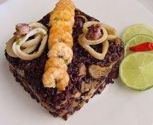 Risotto din orez negru cu fructe de mare