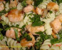 Salata cu somon si paste spiralate